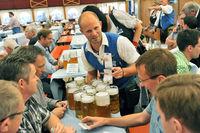 Kellner bring Bier