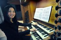 Organistin an der Orgel