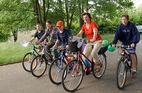 Familie uaf Räder bei einer Radtour in Erding
