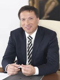 Ein Bild von Oberbürgermeister Max Gotz am Schreibtisch